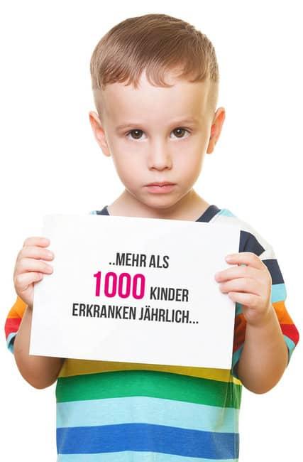 Kind mit Schild mehr als 1000 Kinder erkranken jährlich