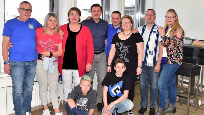 Gruppenfoto Mitglieder des HSV Fanclubs Aarenseer-Raute Christian Titz und Kinder Kerstin Bennecke