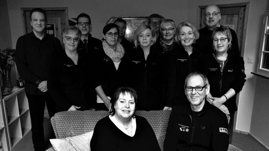 Gruppenbild mit der Theatergruppe de Snutensnackers und Kerstin Bennecke vom RheumaKinder e.V.