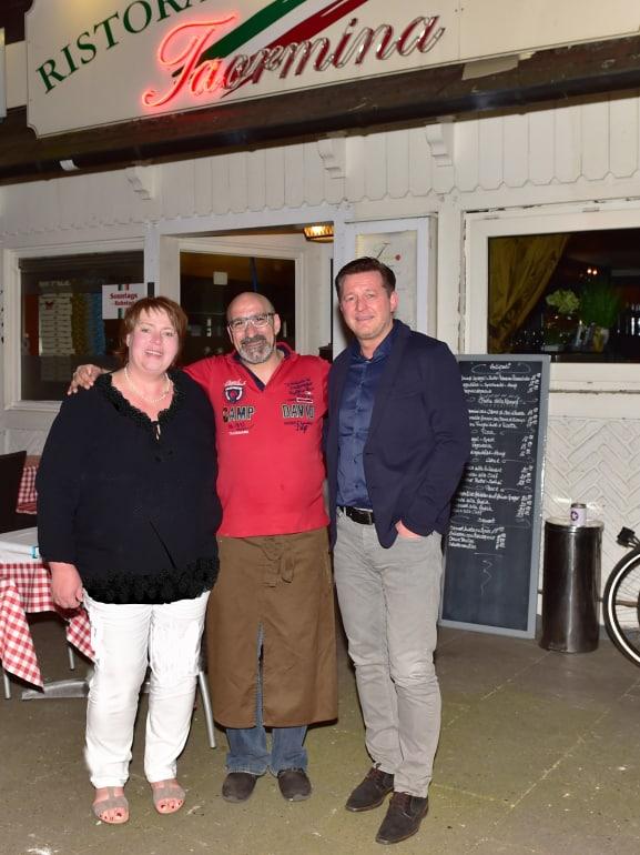 Vor der Pizzaria Taormina Kerstin Bennecke, Giuseppe und Christian Titz