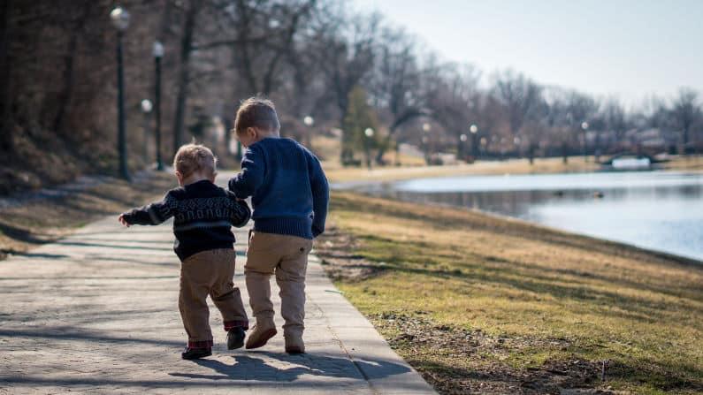 Zwei Jungen in Bewegung