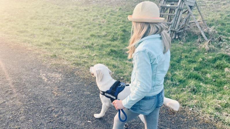 Titelbild Tessa mit Hund an der Leine