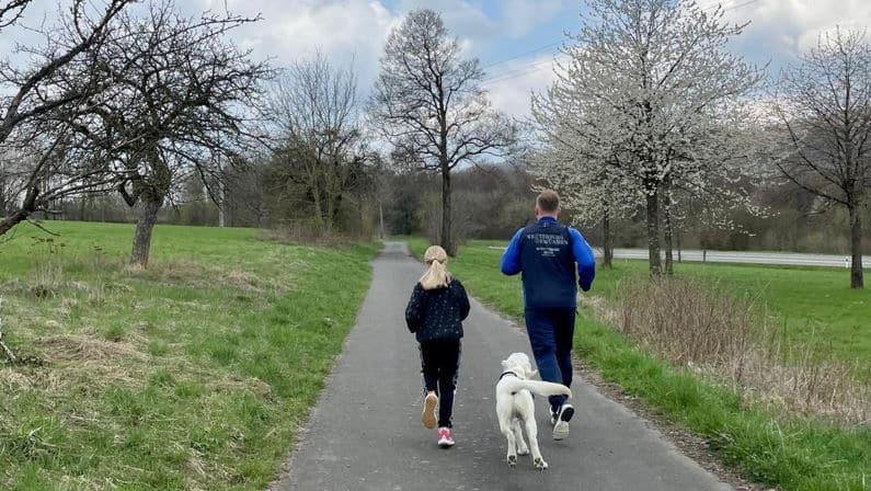Tessa mit Cosmo und Papa beim joggen
